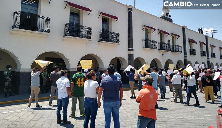 La alcaldesa de Huejotzingo Angélica Alvarado sale corriendo ante manifestación de antorchistas