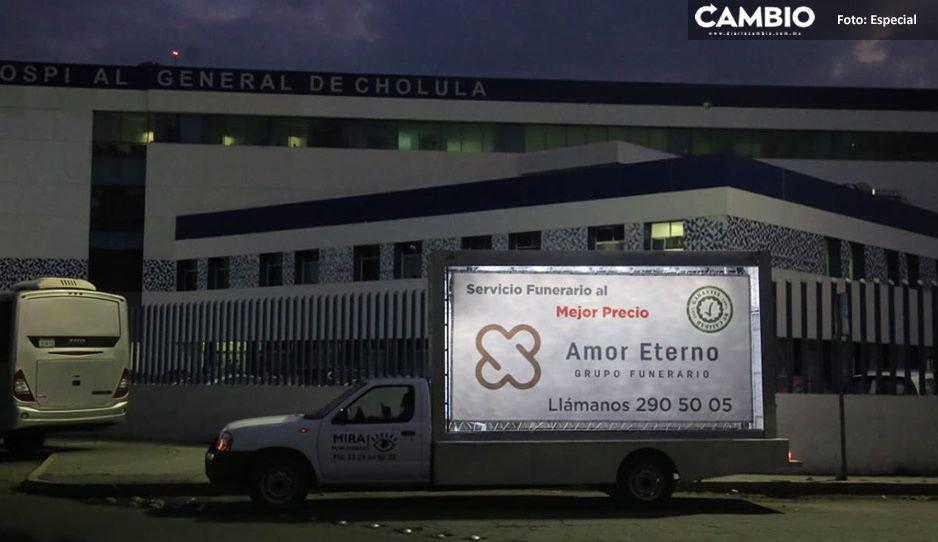 Tiempos de coronavirus; vehículo publicitario anuncia servicios de funeraria afuera del Hospital General de Cholula