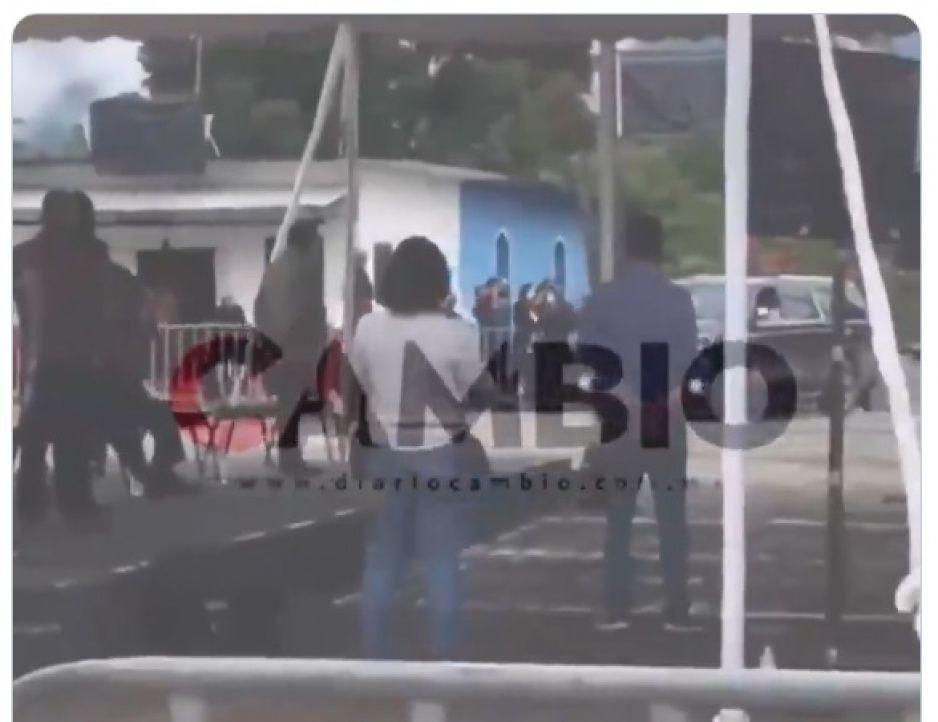 ¡Ni una más, ni una más, ni una asesinada más! Así reciben a AMLO en Xicotepec (VIDEO)