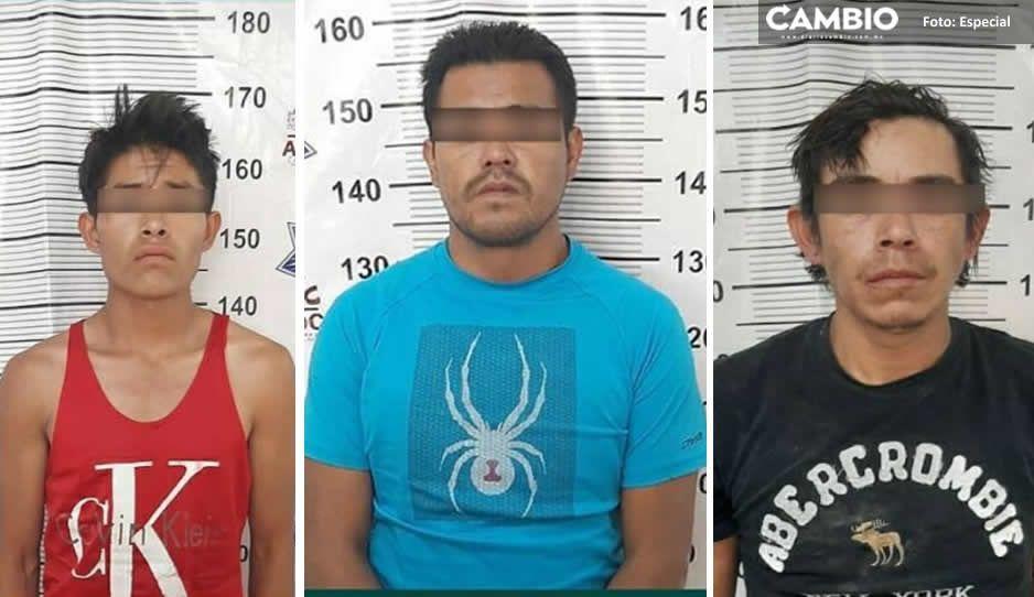 Recupera Policía de Amozoc automóvil con reporte de robo; asegura a tres sujetos