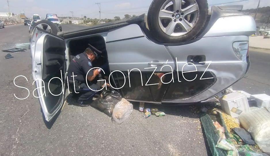 Se pasa un tope y vuelca en su camioneta BMW en Amozoc; resultó herido de gravedad (VIDEO)