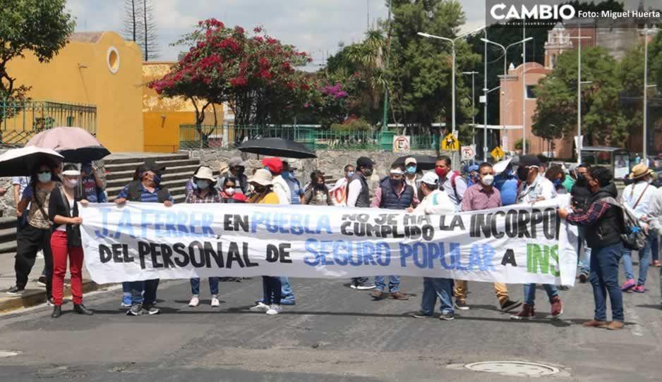 Ex trabajadores del Seguro Popular se manifiestan ante la llegada de López Gatell