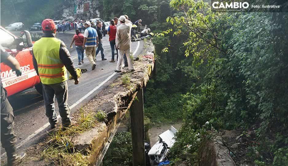 Muere policía de Zoquitlán al volcar patrulla y caer en barranco; hay 5 graves