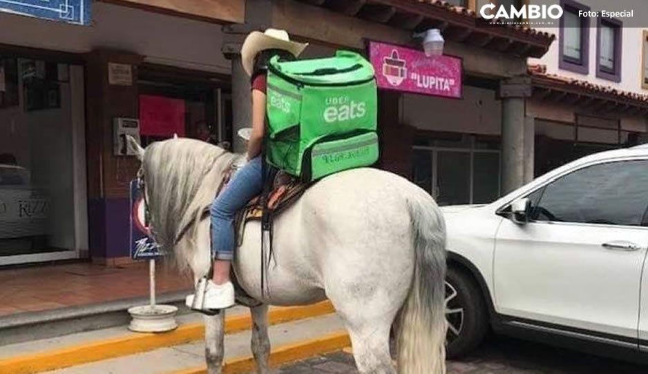 ¡A cabalgar! Repartidor de Uber Eats entrega pedidos sobre caballo en Metepec