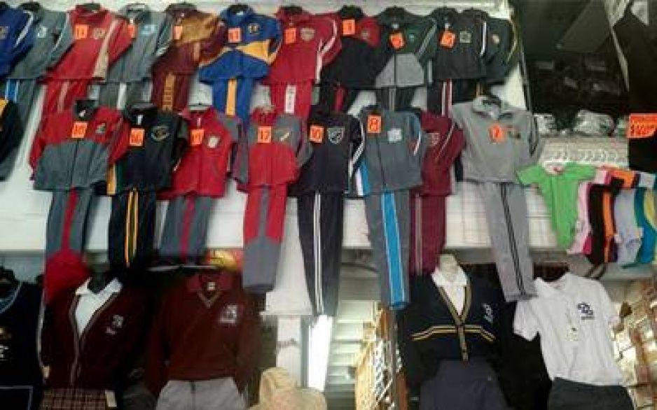 Comerciantes ruegan a estudiantes usen el uniforme en clases online