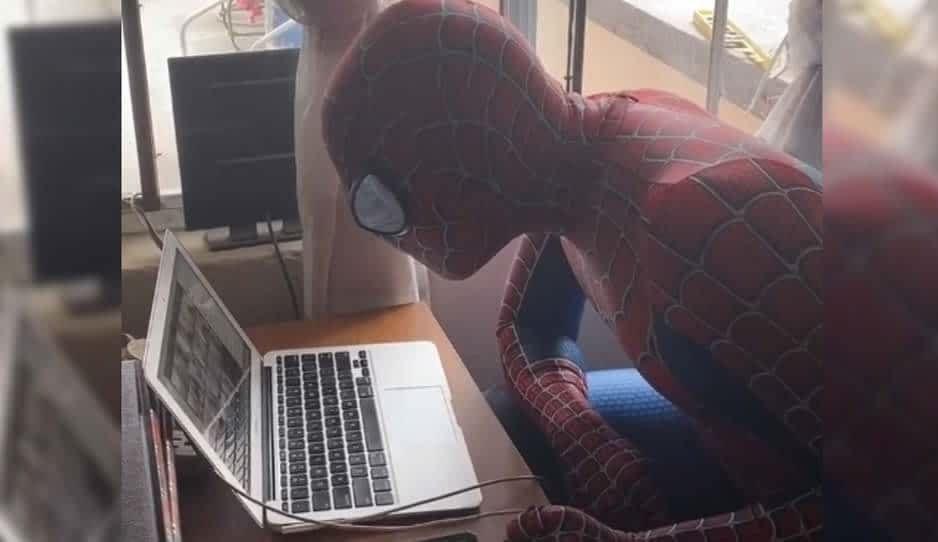 Profesor se disfraza de Spiderman para dar clases en línea