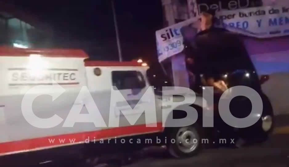 VIDEO: Aparatoso accidente entre Beatle y camión de traslado de valores en la 25 Poniente