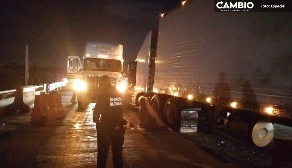 Aparatoso choque de dos tractocamiones en la México-Puebla provoca cierres parciales