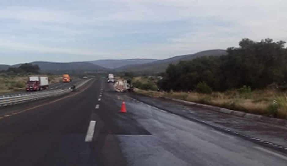 Vuelca pipa y cierran circulación en la Puebla-Orizaba