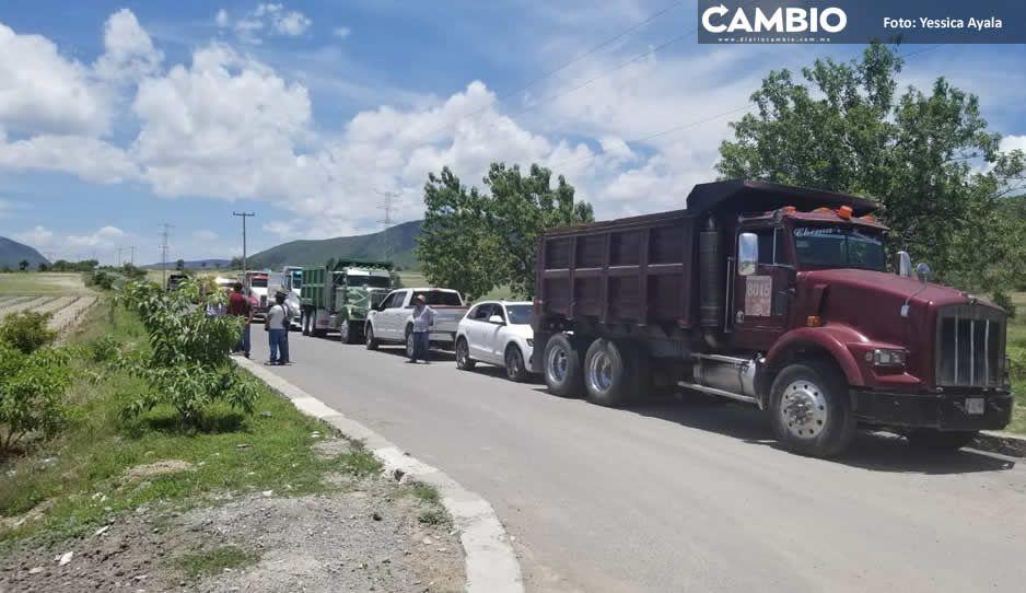 Transportistas bloquean acceso a Cola  de Lagarto; les deben 7 meses de sueldo