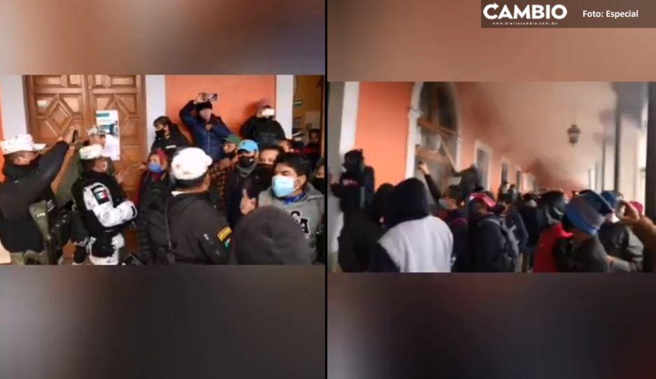 Destrozan presidencia de Chignautla ante intento de privatización del agua (VIDEO)
