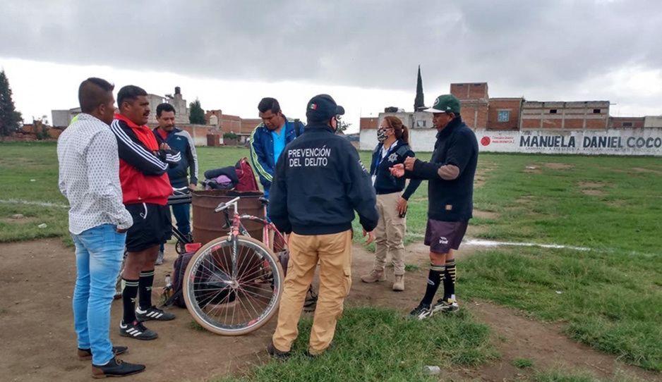 ¡No entienden! Desalojan policías a jóvenes de canchas en San Pedro Cholula por violar confinamiento