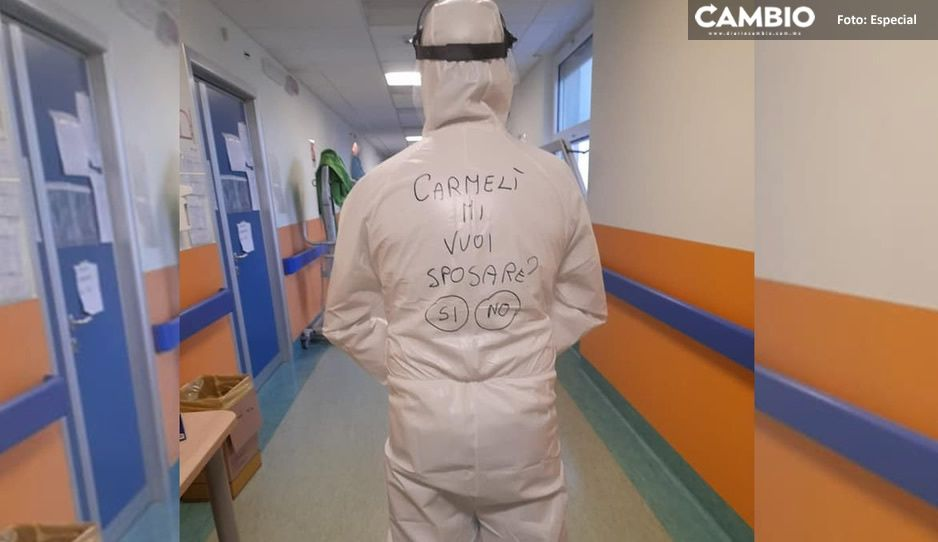 ¡Que romántico! Enfermero pide matrimonio a su novia en traje anticovid