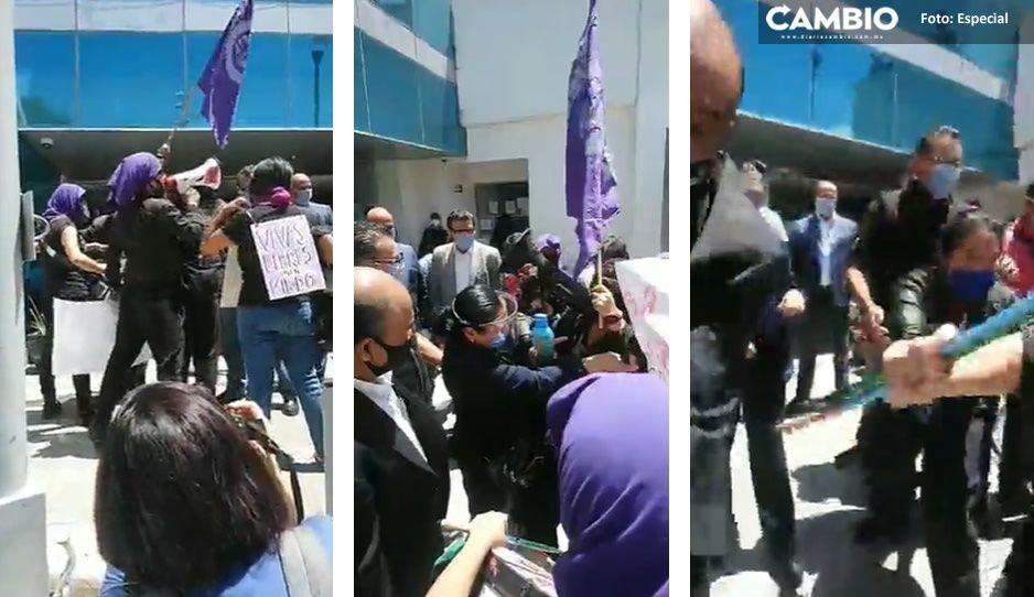 Vuelven las feministas radicales encapuchadas y las sacan a empujones de FGE (VIDEO)