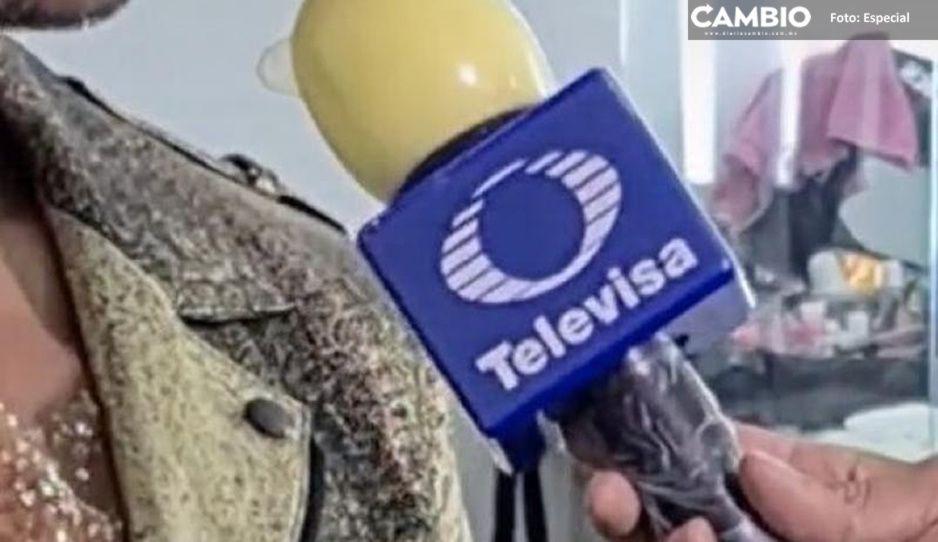 Reportero de Televisa cubre micrófono con condón para protegerlo del virus (VIDEO)