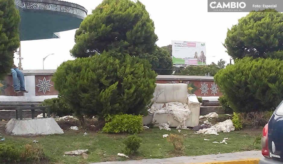 Monumento de la China Poblana se convierte en basurero ¡gente sucia!