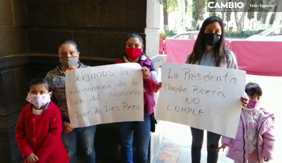 Padres de familia de Juan De Dios Peza se lanzan contra Claudia por no pavimentar la calle (VIDEO)