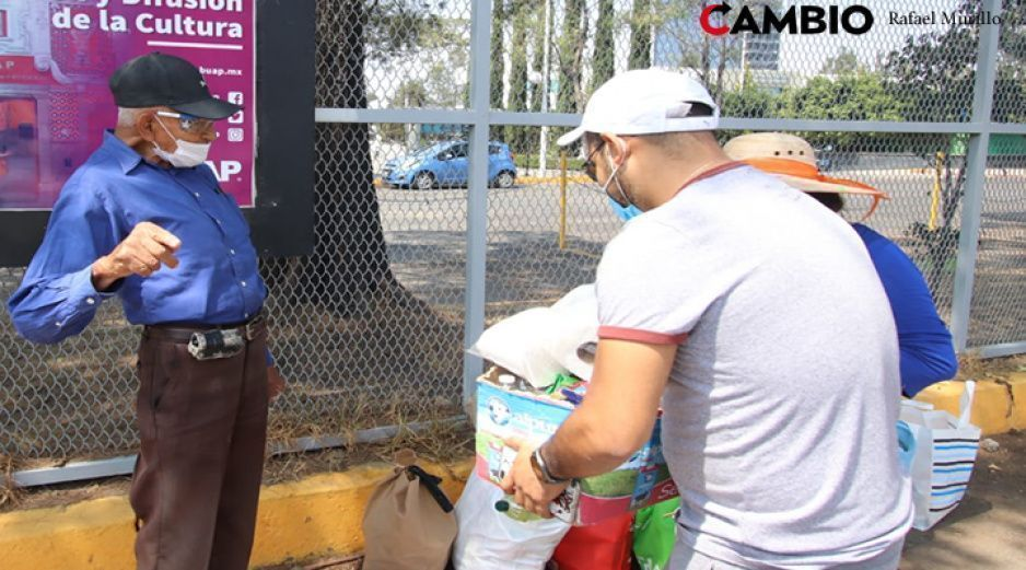 VIDEOS: despensas, papel higiénico, ropa, cubrebocas, estas son las donaciones que recibió Don Lalo de 85 años
