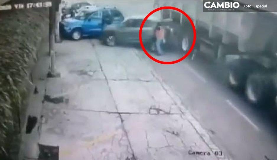 VIDEO IMPACTANTE: Mariachi muere triturado entre un trailer y un automóvil en la Santa Ana-Puebla