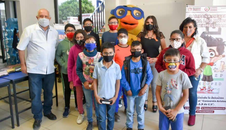 Norma Layón entrega lentes para niños y niñas en Texmelucan