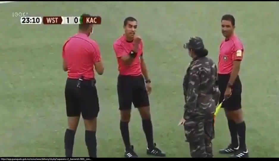 Ejército irrumpe partido en Marruecos; futbolistas tenían Covid (VIDEO)