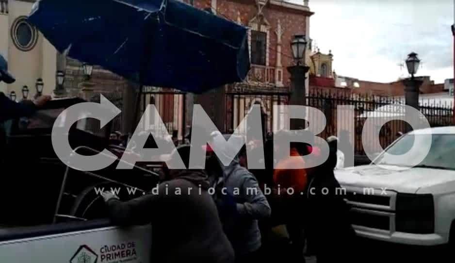 VIDEO: Con gritos y jalones quitan puesto de ambulantes en Texmelucan