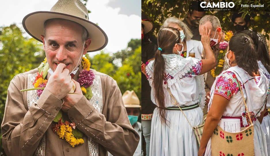López-Gatell come plantas medicinales durante su visita a Cuetzalan (VIDEO)