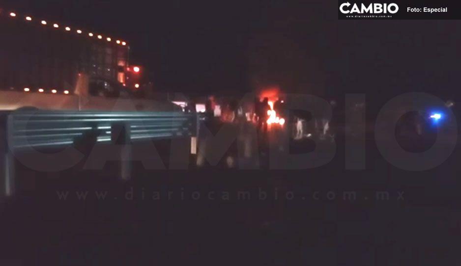 Vecinos eufóricos de Tlahuapan queman llantas y toman la autopista México-Puebla (VIDEO)