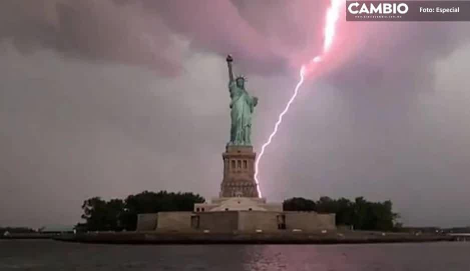 ¡Imagen apocalíptica! cae rayo en la estatua de la libertad