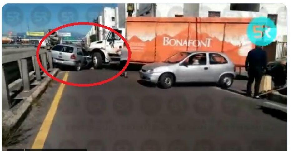 ¡Encontronazo! Fuerte choque de auto con un camión repartidor de agua en 11 sur y Periférico (VIDEO)