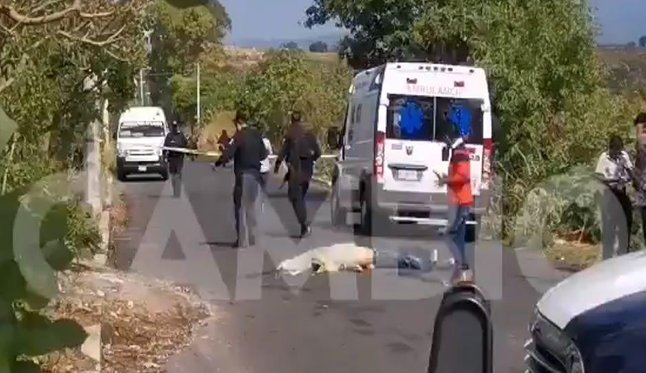 VIDEO: En plena carretera, abandonan cadáver con tiro de gracia en Axocopan
