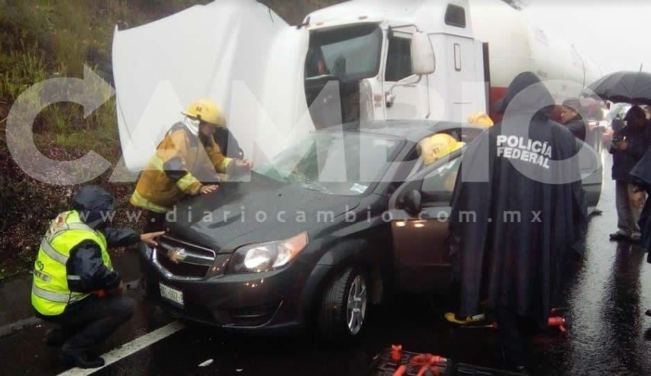 Un prensado en la autopista México-Tuxpan en choque de Aveo y Pipa