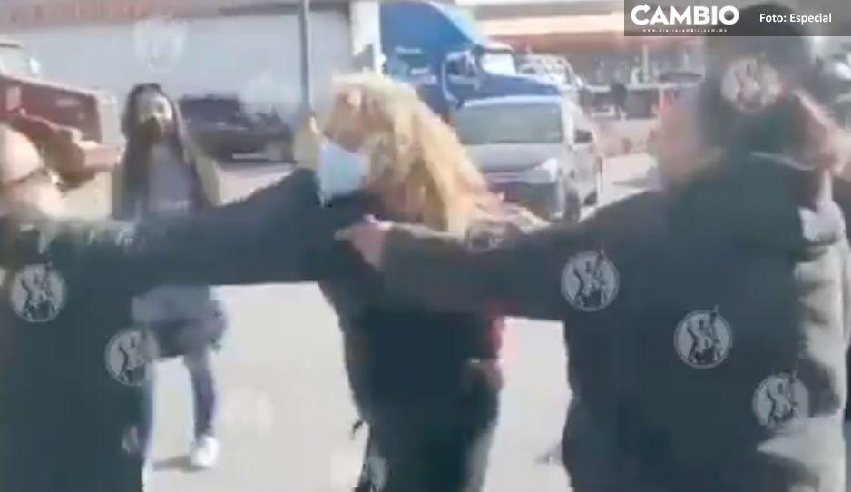 ¡Mujeres se agarran de la greña por un pastel! (VIDEO)