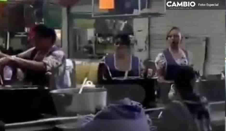 Mujeres portan moño morado per no suspenden actividades en mercado de Texmelucan
