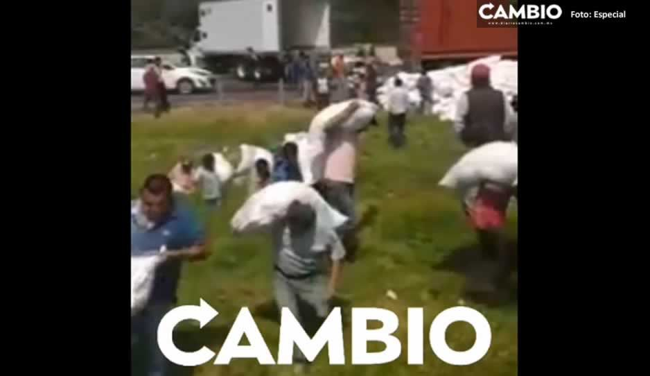 Vecinos oportunistas hacen rapiña tras accidente en la México-Puebla (VIDEO)