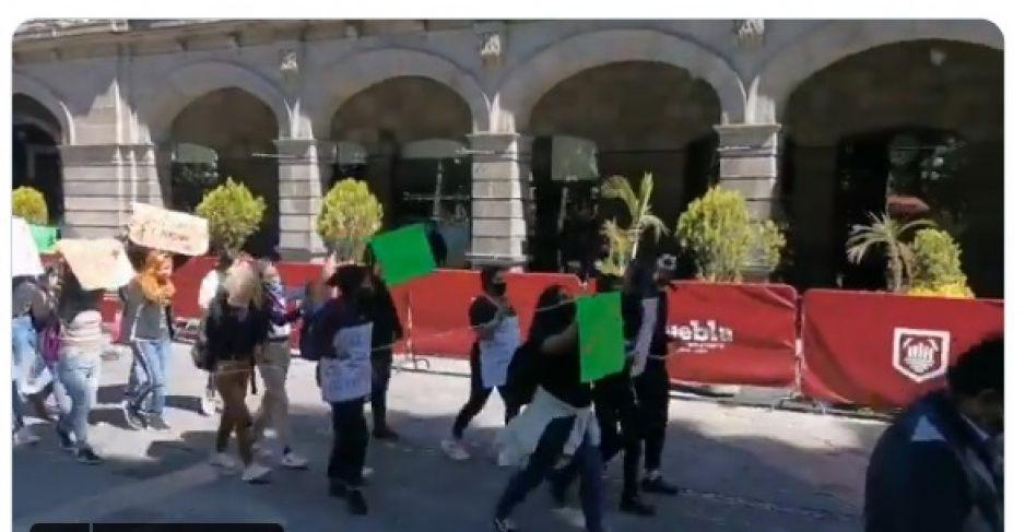 Pequeño grupo de feministas se dirige a Fiscalía para protestar por violencia a las mujeres (VIDEO)