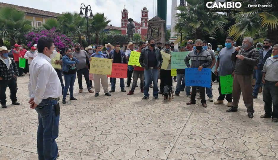 Ciudadanos eufóricos protestan contra edil Ebodio Santos frente a alcaldía de Zacapoaxtla