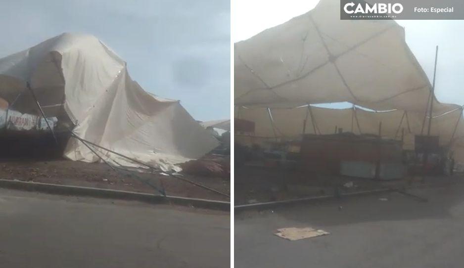 Fuertes vientos arrancan lonas del mercado recién derribado en Huejotzingo