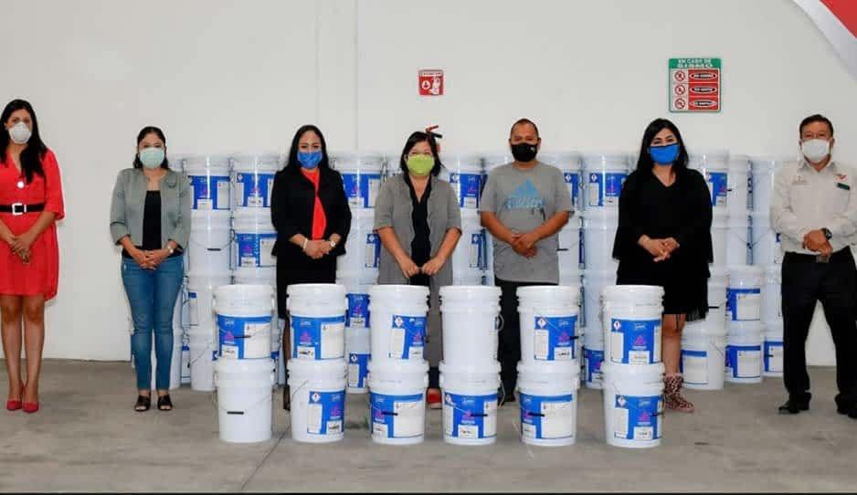 Lupita Daniel entrega pintura para escuelas de Cuautlancingo