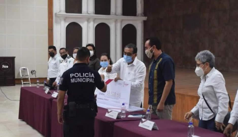 Con aumento salarial y cambio de director regresan policías a laborar en Izúcar