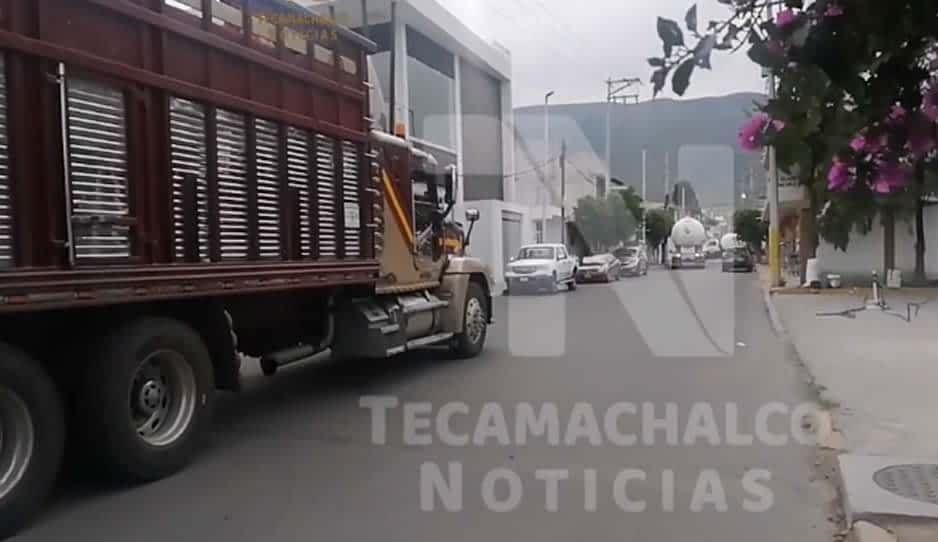 VIDEO: Transportistas bloquean accesos a Tecamachalco y provocan tráfico