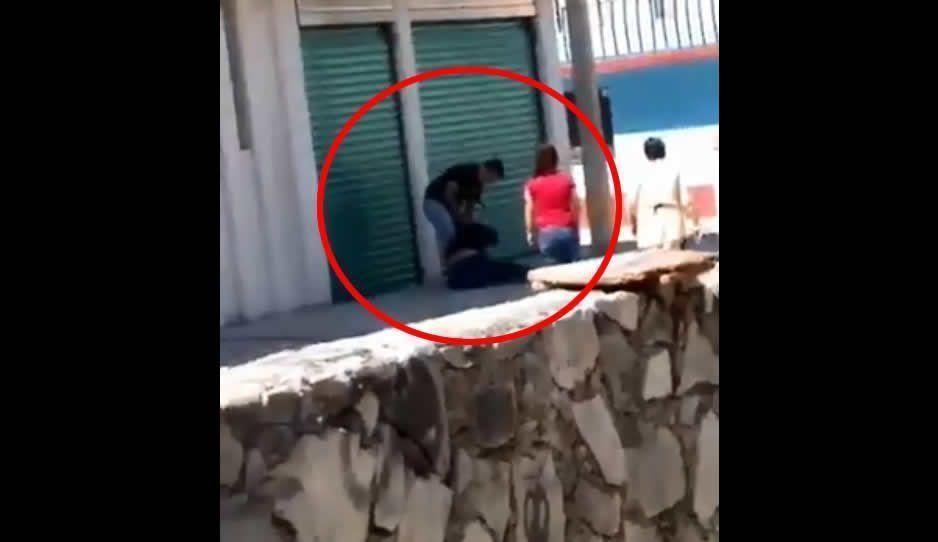 ¡Poco hombre! Exhiben a texmeluquense golpeando a mujer en la calle (VIDEO)