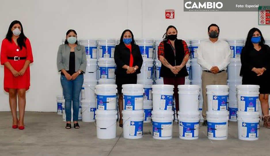 Lupita Daniel entrega pintura  a escuelas de Cuautlancingo