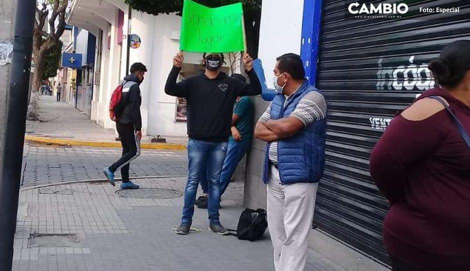 ¡Pero que emprendedor! Detienen a oportunistas que hacían negocio apartando lugares hasta por 200 pesos en filas de bancos en Tehuacán