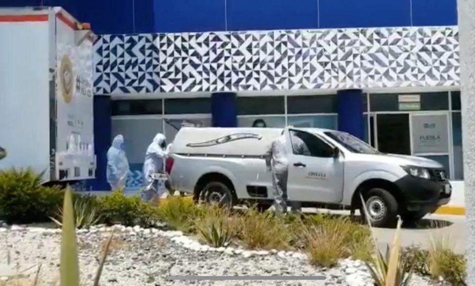 Así trasladan valientes médicos del Hospital General de Cholula a fallecido por Coronavirus (VIDEO)