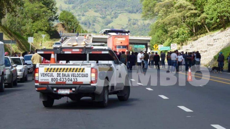 Cierran autopista México-Tuxpan por detención de seis integrantes de la SME en Huauchinango (VIDEO)