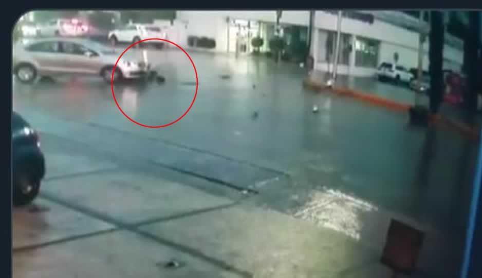 Despiadado atropella a motociclista y se da a la fuga en Calzada Zavaleta (VIDEO)