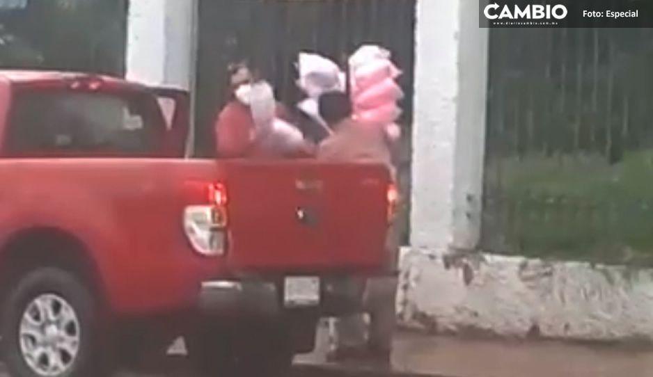 Video: Bondadoso joven baja de su camioneta en plena lluvia y compra todos los algodones de azúcar de un abuelito
