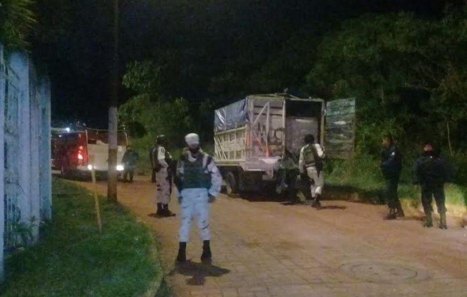 Encuentran camioneta con cuatro bidones vacíos en Juan Galindo