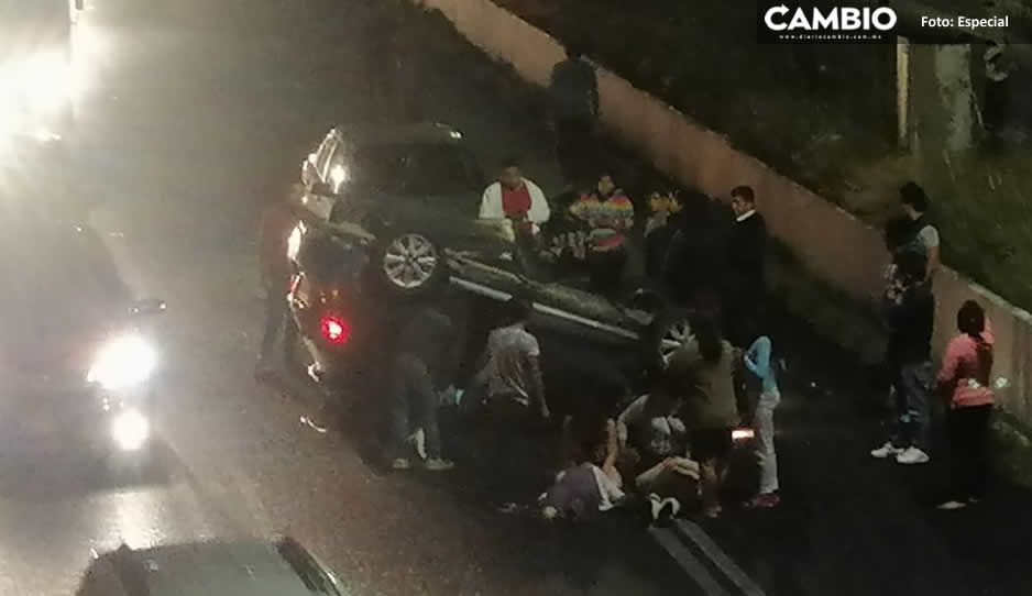 Vuelca vehículo en Recta a Cholula; hay varios lesionados (VIDEO)